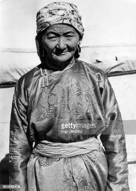 Femme âgée posant devant sa yourte en Mongolie