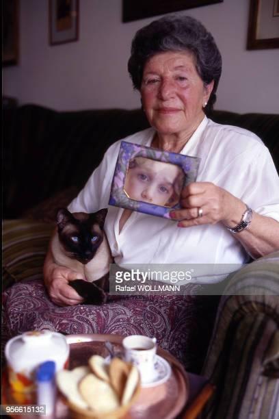 Femme membre des ?Mères de la place de Mai? posant avec une photo de son enfant disparu pendant la dictature en Argentine.