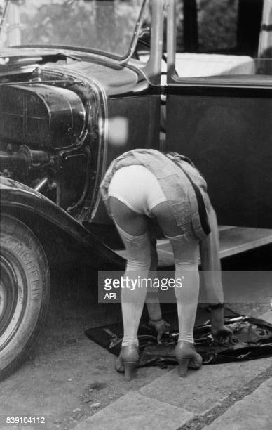 Femme montrant sa culotte en faisant de la mécanique