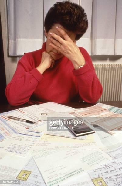 Femme payant ses factures France
