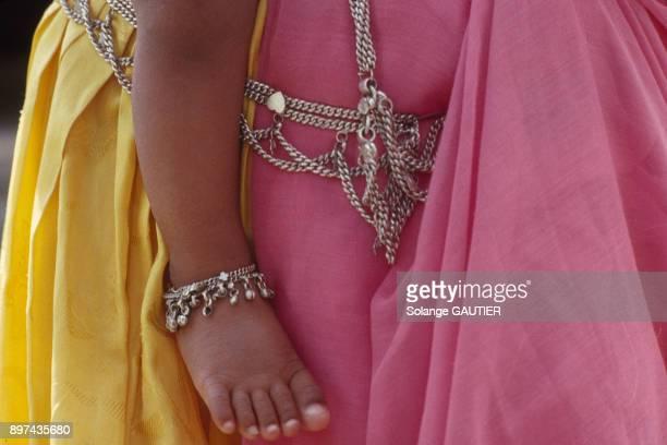 Femme portant son enfant dans les bras en Inde en octobre 1990