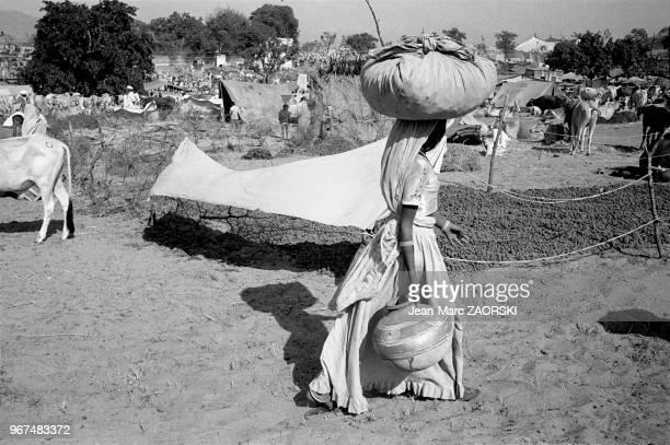 Femme portant un baluchon sur la tête scène de vie quotidienne le 28 novembre 1982 à Pushkar Rajasthan Inde