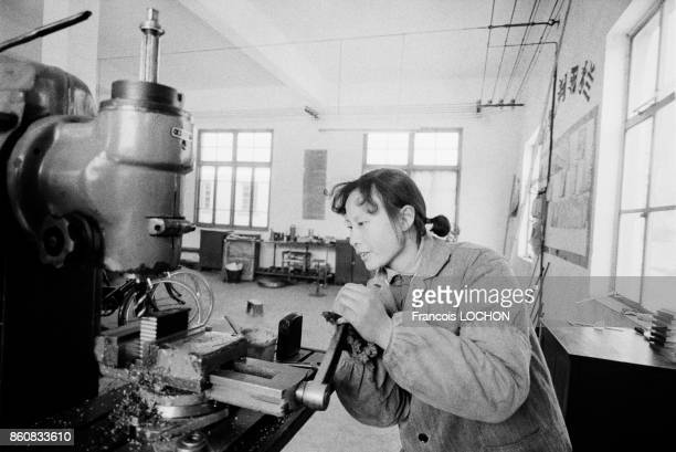 Femme tourneur dans un atelier à Hola en février 1979 Chine