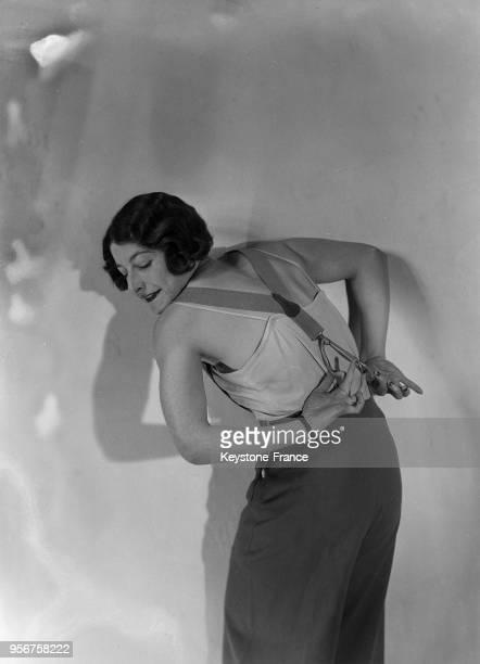 Femme vêtue d'un pantalon avec bretelles à Paris France en 1933