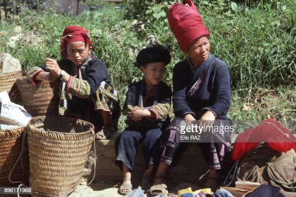 Femme Yao rouge et ses enfants sur le marche a Sa Pa en aout 1995 Vietnam