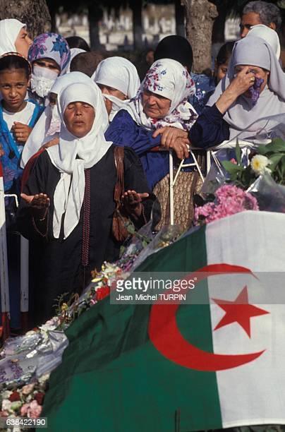 Femmes assistant aux obsèques de Slimane Amirat compagnon d'armes de Mohamed Boudiaf et décédé peu de temps après lui le 5 juillet 1992 à Alger...
