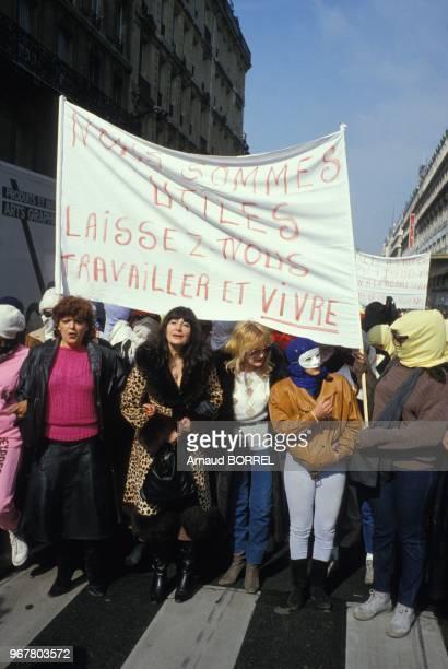Femmes avec une banderole lors de la manifestation de prostituées le 16 avril 1985 à Paris France
