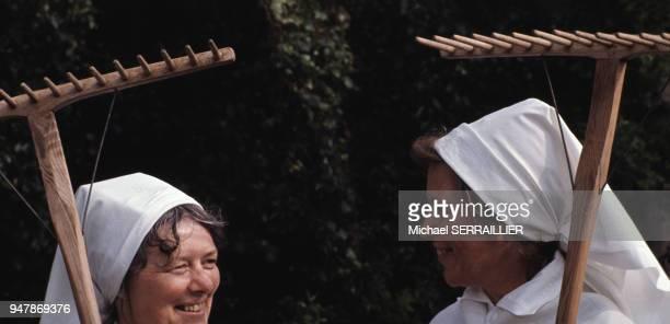Femmes en costume traditionnel lors de la fête de la SaintJean sur l'île d'Oland en juillet 1974 Suède