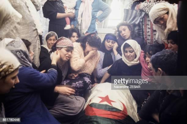 Femmes en pleurs lors des obsèques de policiers tués le 11 février 1992 à Alger Algérie