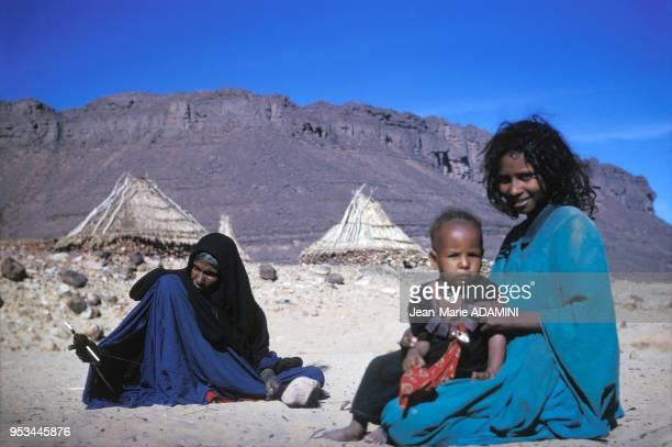 Femmes et enfant de la tribu des Touareg Kel Ihérir dans la région de Djanet en janvier 1970 Algérie