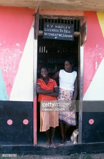 Femmes Grenadines devant un café le 5 novembre 1983 en Grenade
