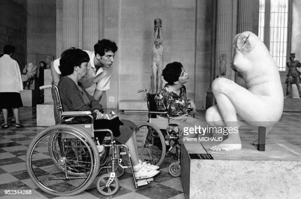 Femmes handicapées visitant le musée du Louvre à Paris France