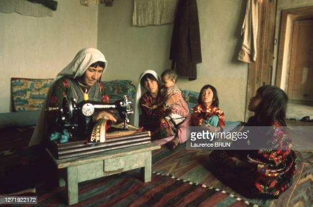 Femmes Hazara dans sa maison avec ses enfant à Kaboul, en 1972, Afghanistan.