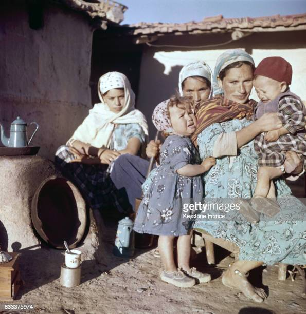 Femmes réfugiées avec leurs enfants dans le camp de regroupement de Novi en décembre 1959 Algérie