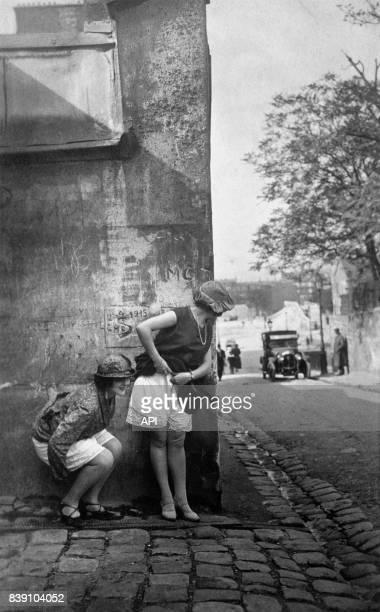 Femmes urinant dans la rue