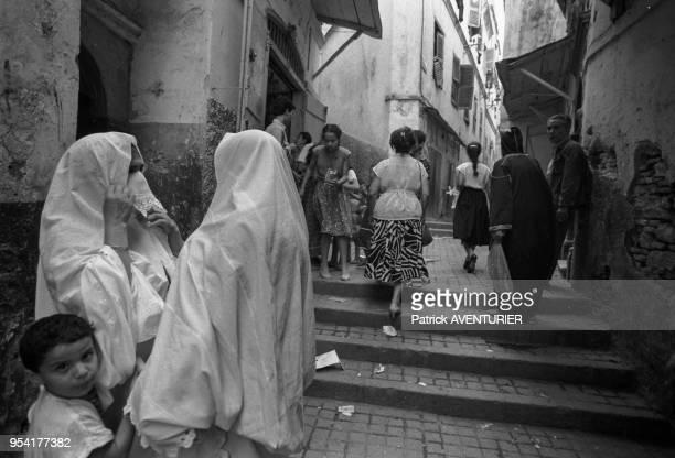 Femmes voilées dans la casbah en juillet 1985 à Alger Algérie