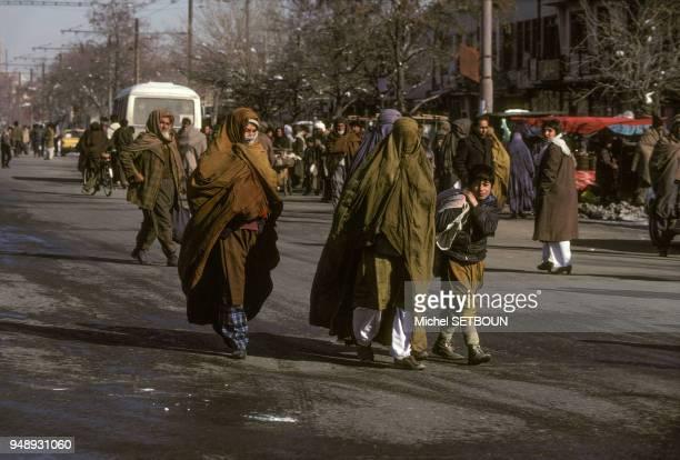 Femmes voilées le bazar de Kaboul en janvier 1991 Afghanistan