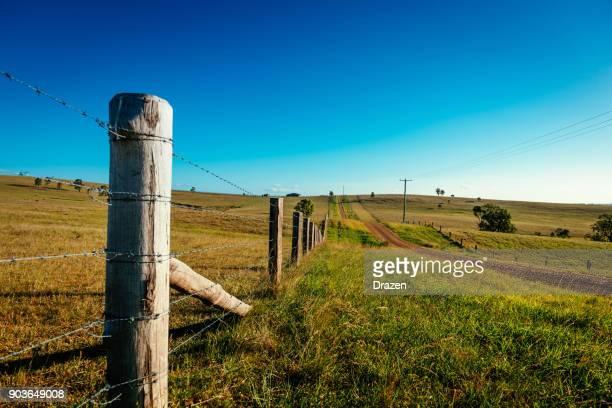 cerca ao redor de uma fazenda enorme no outback australiano - cerca - fotografias e filmes do acervo