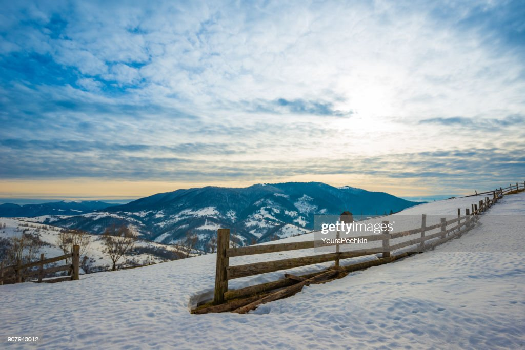 Zaun in das Land der Berge : Stock-Foto