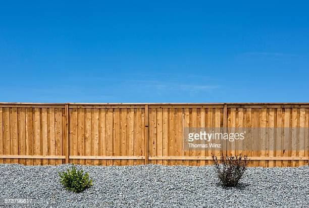 fence of housing development - hek stockfoto's en -beelden