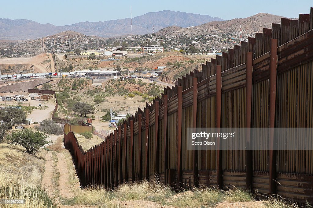 Border Agents Struggle To Keep Immigrants From Illegally Crossing AZ Border : News Photo
