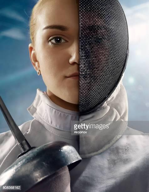retrato de esgrimista com metade do rosto mascarado - esgrima esporte de combate - fotografias e filmes do acervo