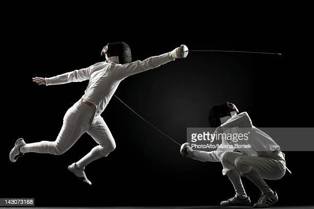 fencers fencing - esgrima esporte de combate - fotografias e filmes do acervo