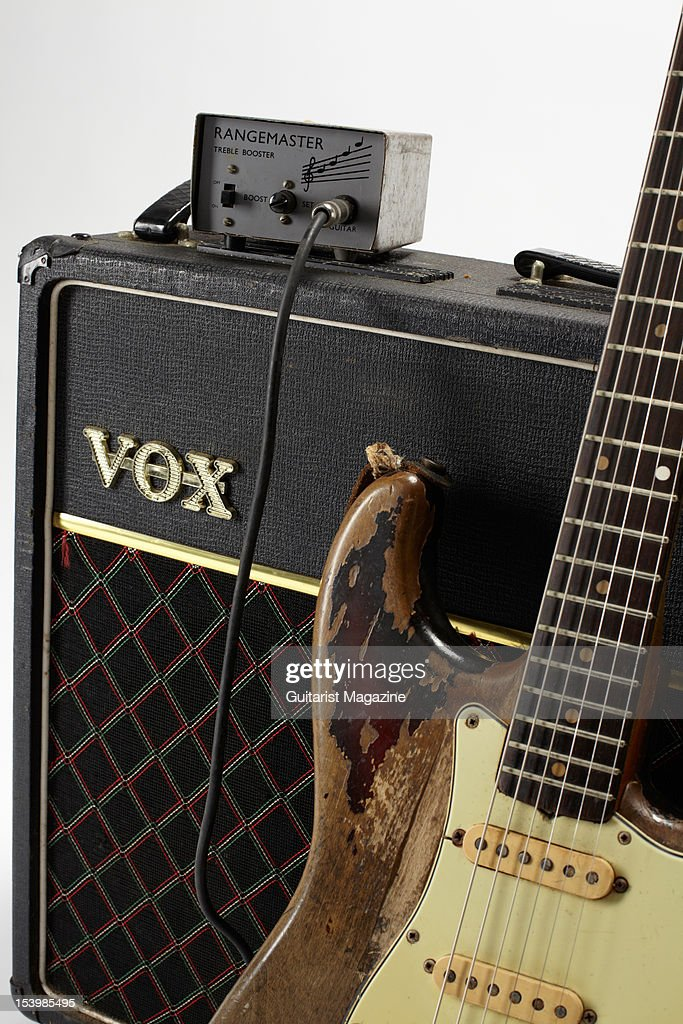 Effets - Page 2 Fender-stratocaster-electric-guitar-vox-ac30-amplifier-and-treble-picture-id153985495