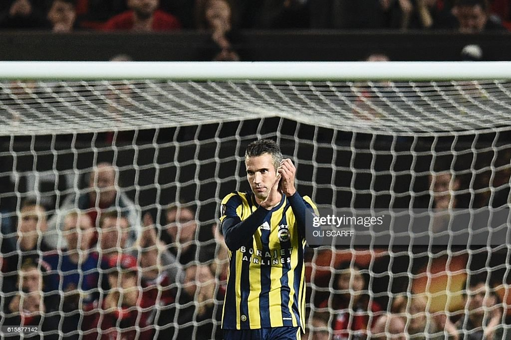 Fenerbahce's Dutch forward Robin van Persie applauds the crowd as he receives an ovation from them after scoring Fenerbahce's first goal during the UEFA Europa League group A football match between Manchester United and Fenerbahce at Old Trafford in Manchester, north west England, on October 20, 2016. / AFP / OLI