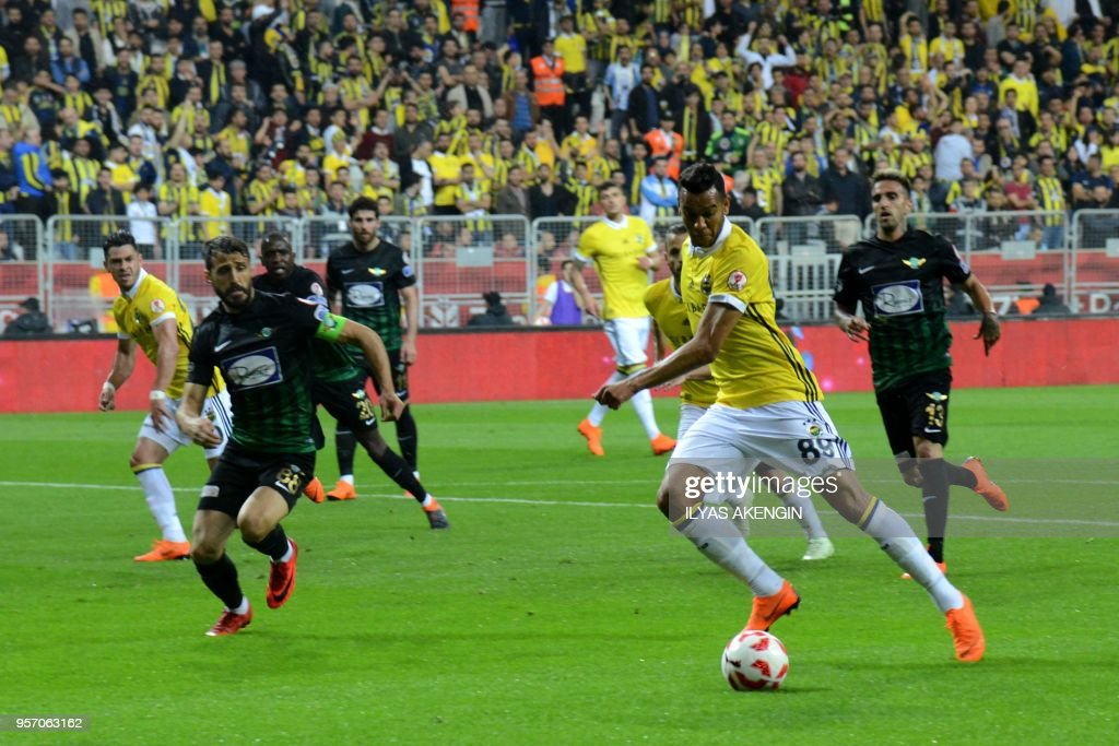 Fenerbahce's Josef de Souza (R) fights for the ball with Akhisar's Caner Osmanpasa (R) during the Ziraat Turkish Cup final football match between Fenerbahce and Akhisar in Diyarbakir on May 10, 2018.