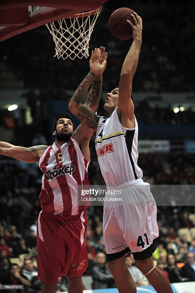 Fenerbahce's Ulker Ilkan Karaman (R) tries to score past Olympiakos' Georgios Printezis on January 31, 2013 during an Euroleague group F, top 16 basketball game at the Peace and Friendship stadium in Piraeus, outside Athens.