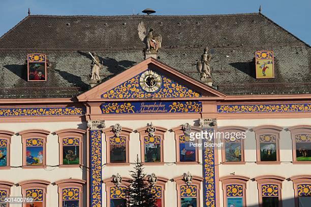 Fenster Uhr und Figuren Größter Adventskalender der Welt Rathaus von Gengenbach mit 24 beleuchteten Fenstern mit MärchenMotiven Marktplatz Gengenbach...