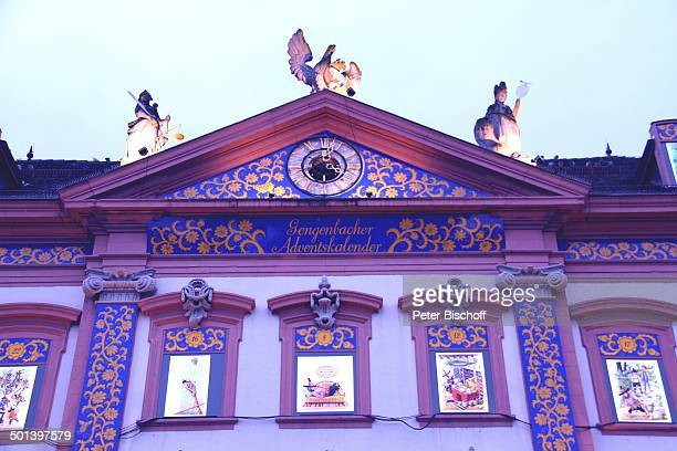 4 Fenster vom Größten Adventskalender der Welt am Heiligabend Rathaus von Gengenbach mit 24 beleuchteten Fenstern mit MärchenMotiven bei Dämmerung...