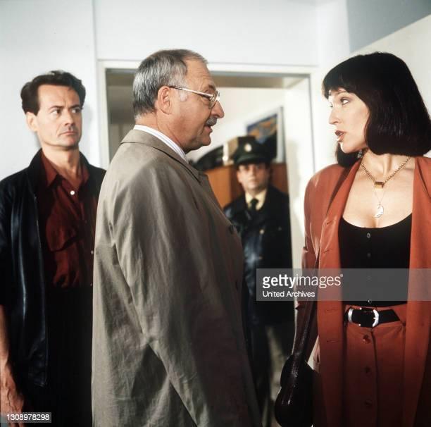 Ferdi Mantell, ein wohlhabender Schrotthändler, will der Erpressung durch seine geschiedene Frau Vera entgehen. Er heuert den vorbestraften Peer...