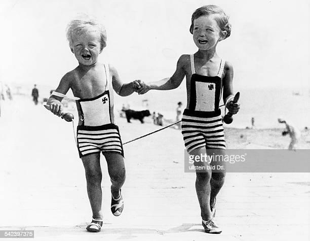 Ferdinand und MarieAnne von Bismarckdie Urenkel von Otto von Bismarck ineinem englischen Seebad sie tragenBadeanzuege mit Hakenkreuzenveröffentlicht...