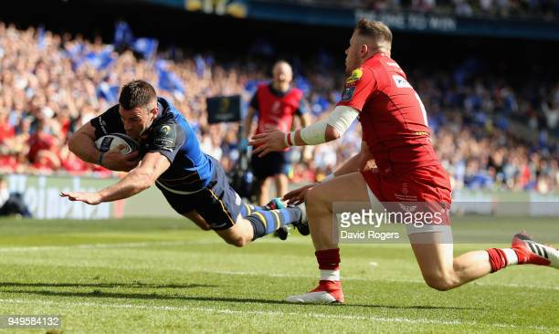 Fergus McFadden of Leinster dives over to score their third try as Steff Evans challenges during the European Rugby Champions Cup SemiFinal match...
