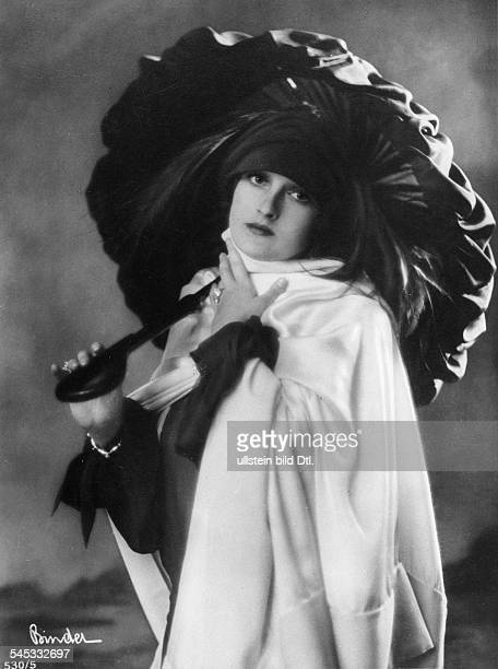 Fern Andra Fern Andra *1893 Actress USA with umbrella undated probably 1910 Photographer Atelier Binder Vintage property of ullstein bild