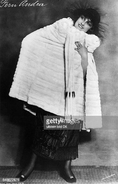 Fern Andra Fern Andra *1893 Actress USA in an evening dress with mink cape undated probably 1910 Vintage property of ullstein bild