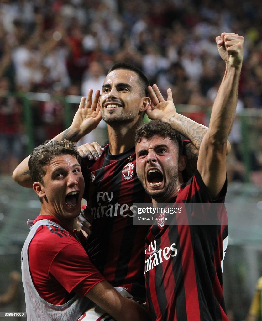 Fernandez Suso (C) of AC Milan celebrates his goal with his team-mates Patrick Cutrone (R) and Manuel Locatelli (L) during the Serie A match between AC Milan and Cagliari Calcio at Stadio Giuseppe Meazza on August 27, 2017 in Milan, Italy.