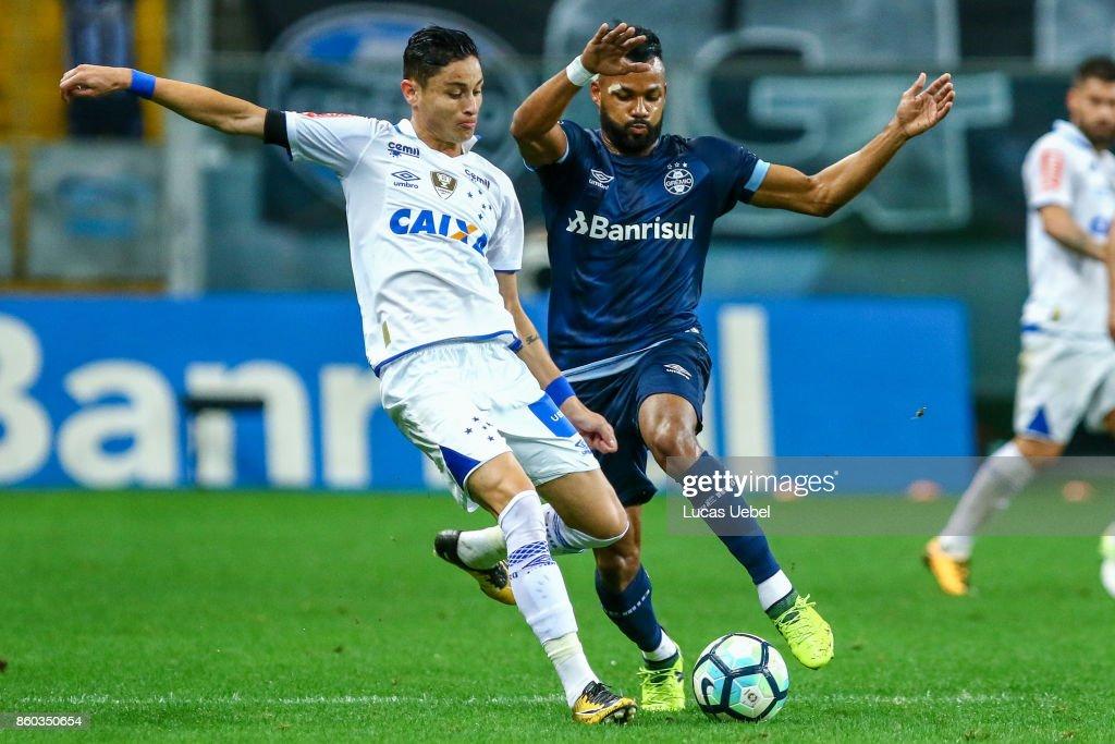 Fernandinho of Gremio battles for the ball against Diogo Barbosa of Cruzeiro during the match Gremio v Cruzeiro as part of Brasileirao Series A 2017, at Arena do Gremio on October 11, 2017, in Porto Alegre, Brazil.