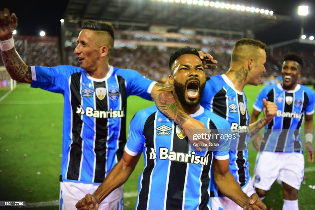 Fernandinho of Gremio celebrates scoring the opening goal during the second leg match between Lanus and Gremio as part of Copa Bridgestone Libertadores 2017 Final at Ciudad de Lanus Stadium on November 29, 2017 in Lanus, Argentina.