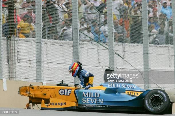 Fernando Alonso sort de sa voiture après un accident lors du Grand Prix du Brésil sur le circuit d'Interlagos en 2003