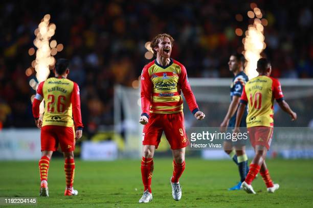 Fernando Aristeguieta of Morelia celebrates after scoring the first goal of his team during the Semifinals first leg match between Morelia and...