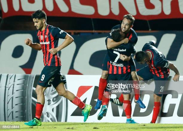 Fernando Belluschi of San Lorenzo celebrates with teammates after scoring the second goal of his team during a group stage match between San Lorenzo...