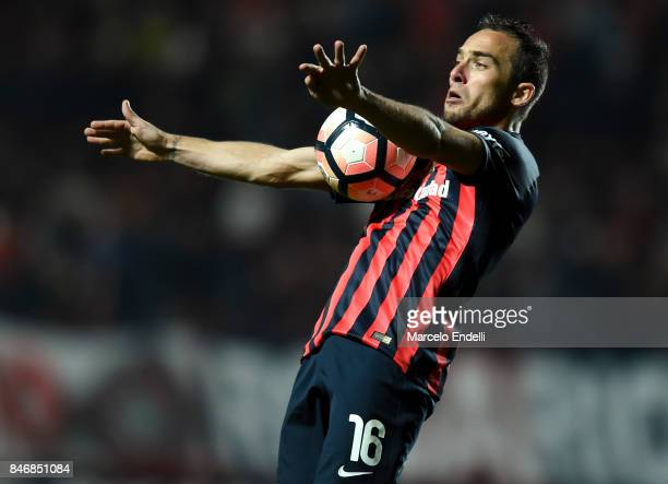 Fernando Belluschi of San Lorenzo controls the ball during a first leg match between San Lorenzo and Lanus as part of the quarter final of Copa...