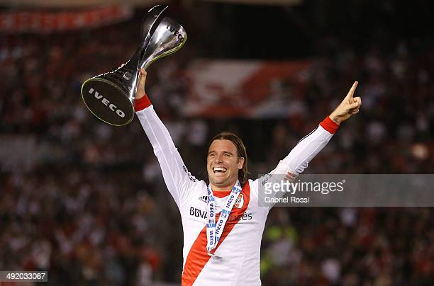 Fernando Cavenaghi of River Plate lifts the trophy at the end of Torneo Final 2014 after winning the match between River Plate and Quilmes as part of...
