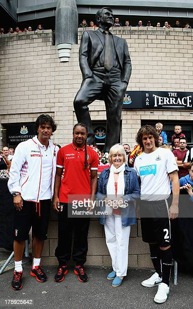 Fernando Couto Assistant manager of Braga and Allan of Braga lay reefs with Lady Elsie Robson and Fabricio Coloccini of Newcastle United during a Pre...