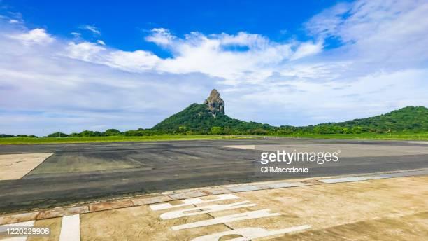 fernando de noronha airport. - crmacedonio stock pictures, royalty-free photos & images