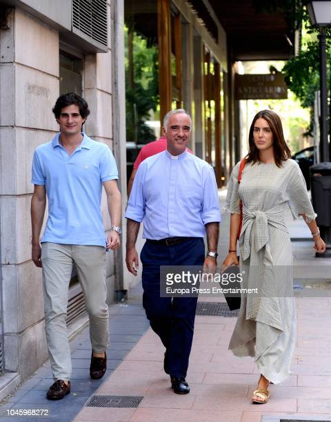Fernando FitzJames Stuart and Sofia Palazuelo pose with the priest Ignacio Jimenez SanchezDalp the day before their wedding on October 5 2018 in...