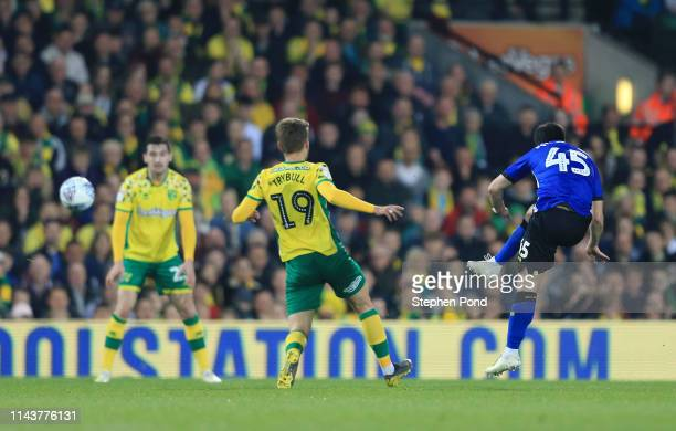 Fernando Forestieri of Sheffield Wednesday scores his sides first goal during the Sky Bet Championship match between Norwich City and Sheffield...